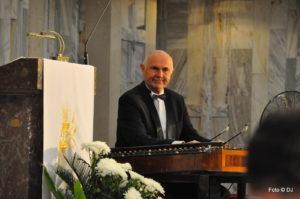 Georgij Agratina gotowy do rozpoczęcia gry na cymbałach koncertowych.