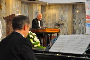 Robert Grudzień gra na pianinie, w tle Georgij Agratina na cymbałach koncertowych.