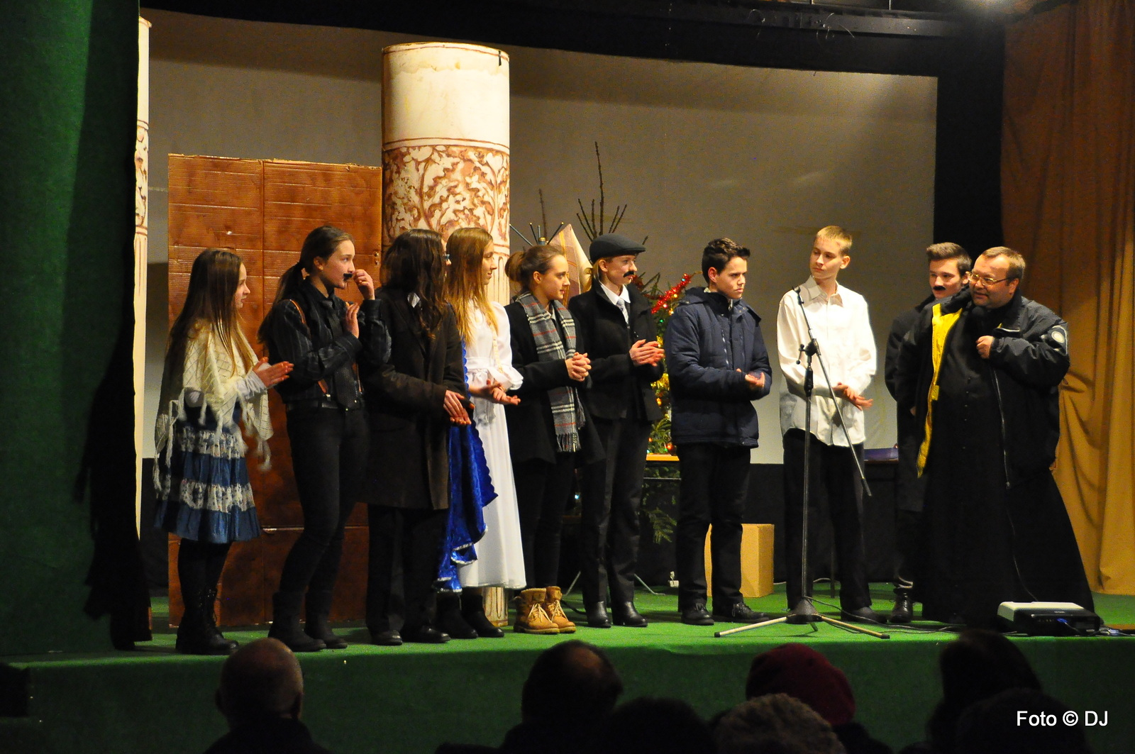 Przedstawienie - Opowieść Wigilijna w wykonaniu młodzieży z parafii Świętej Rodziny w Lublinie